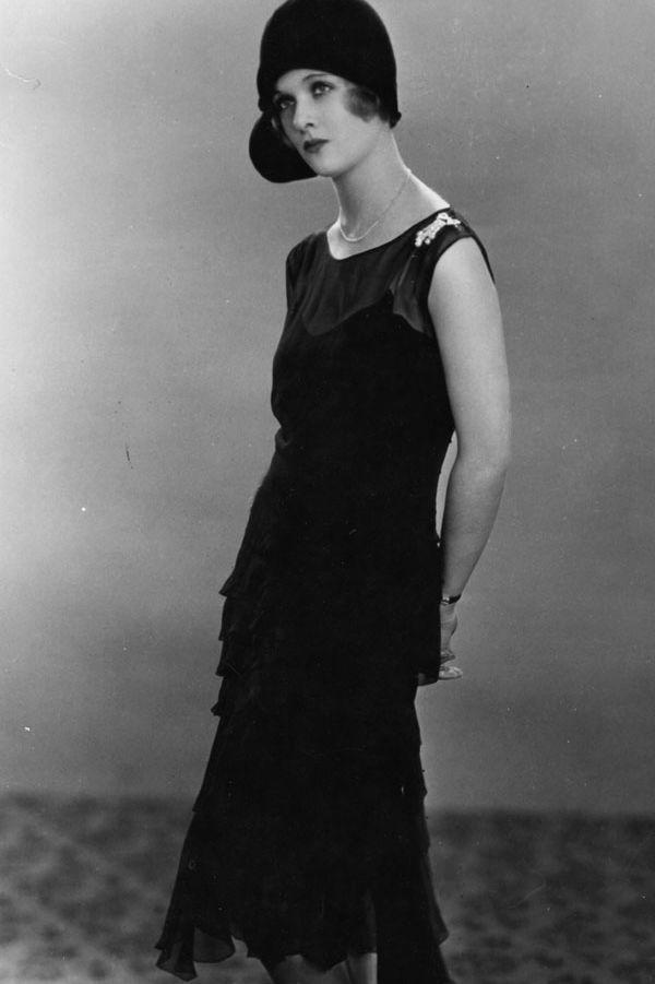 Joan Bennett, tháng 1 năm 1928 Joan Bennett vẫn giữ phong cách flapper truyền thống, một chiếc thắt lưng thả xuống và một viền hem được điều chỉnh nhưng màu đen làm cho nó vượt thời gian