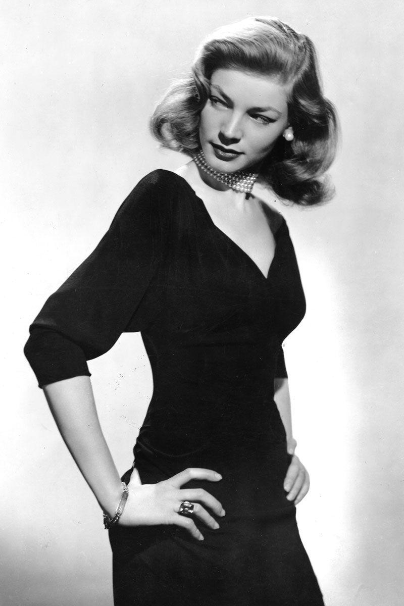 Lauren Bacall, tháng 12 năm 1944 Lauren Bacall khoác lên người chiếc LBD cổ chữ V của cô với một chiếc vòng ngọc trai bốn sợi, và dĩ nhiên, ánh mắt sát thủ của cô.