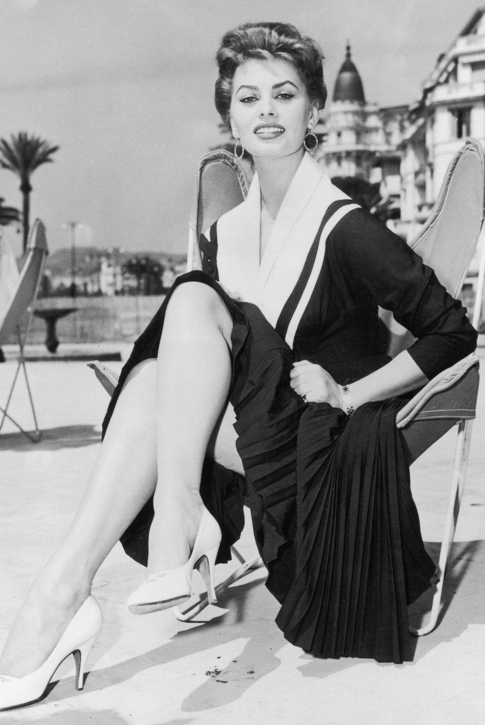 Nữ diễn viên Sophia Loren chứng minh rằng không có giới hạn đối với những gì bạn có thể làm với LBD với thiết kế xếp nếp và hải lý mà cô ấy mặc ở Cannes.