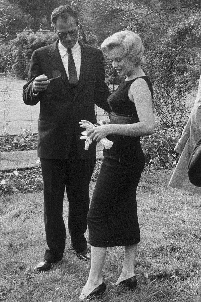 Marilyn Monroe, tháng 7 năm 1956 Chiếc váy đen ôm sát hình dáng sang trọng của Marilyn Monroe chứng tỏ rằng ít hơn luôn luôn là nhiều hơn.