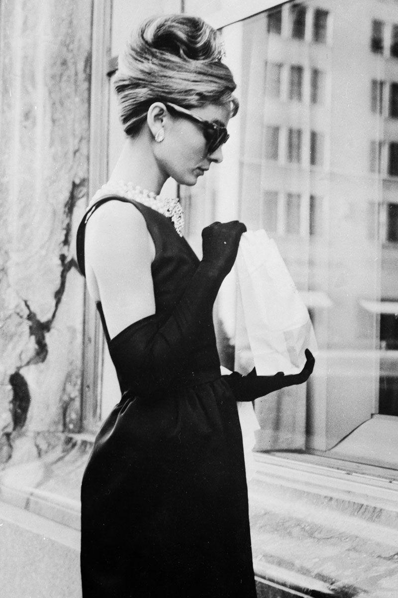 Audrey Hepburn, tháng 6 năm 1961 Givenchy được chọn để thiết kế chiếc váy đen biểu tượng của Audrey Hepburn mà cô mặc trong cảnh mở màn của Breakfast at Tiffany's.
