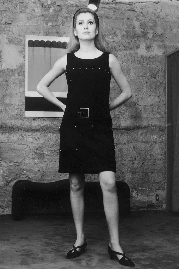 Catherine Deneuve, tháng 9 năm 1966 Nữ diễn viên người Pháp Catherine Deneuve đã thêm một chút tinh tế cho chiếc váy đen đơn giản của mình với một chiếc thắt lưng vuông vàng và họa tiết kim loại.