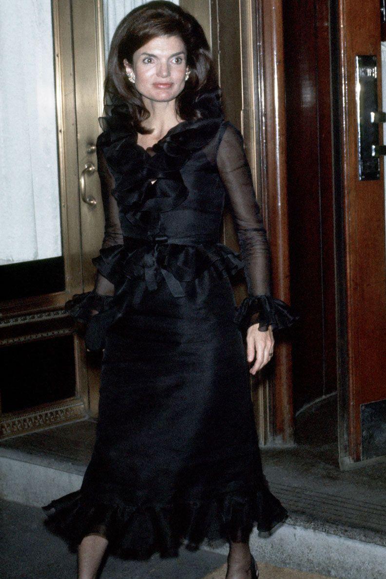 Jaqueline Kennedy, tháng 9 năm 1970 Theo phong cách thập niên 70 thực sự, Jackie Kennedy bước ra khỏi căn hộ ở thành phố New York của cô mặc một chiếc váy voan màu đen sang trọng và xù lông.