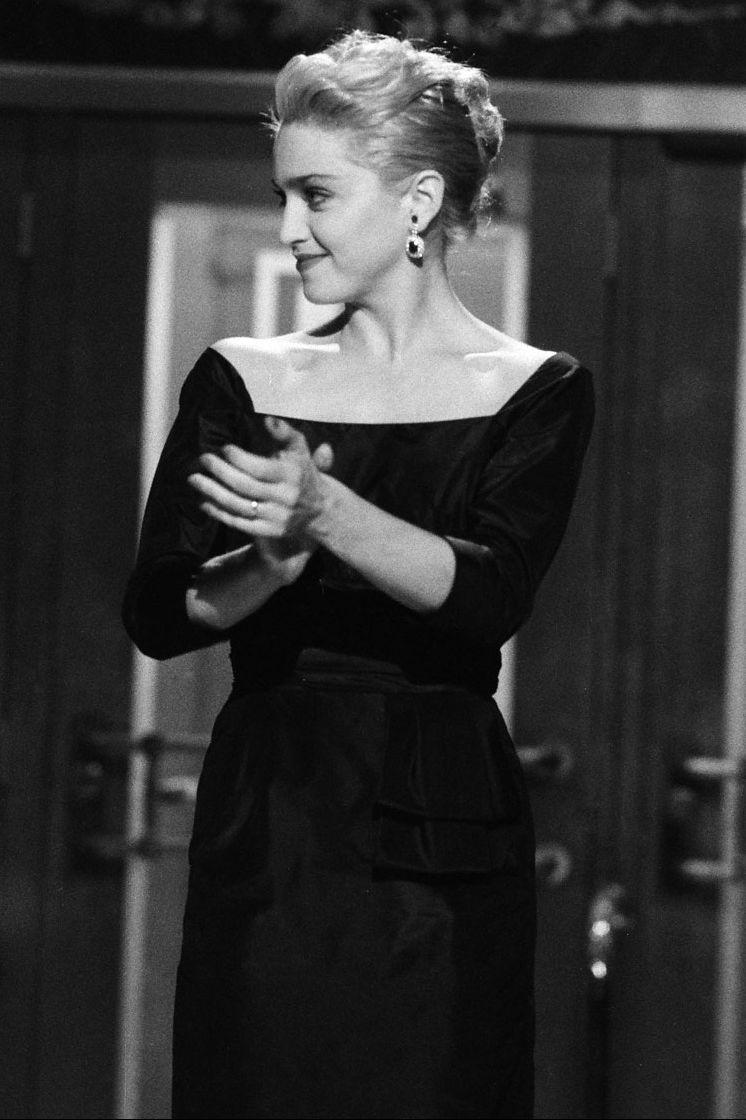 Madonna, tháng 11 năm 1985 Ca sĩ Like a Virgin được biết đến nhờ sân khấu, đó là lý do tại sao cô gây sốc cho người hâm mộ với chiếc váy đen đơn giản nhưng tinh tế của mình trên Saturday Night Live.