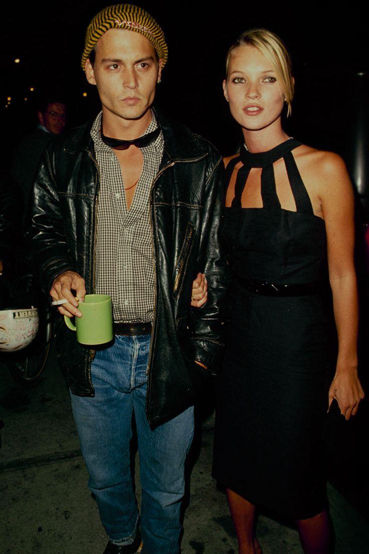 Kate Rêu, tháng 1 năm 1990 Một người mẫu trẻ vào thời điểm đó, chiếc váy đen của Kate Moss với cổ cao và những chi tiết cắt xẻ lấp lánh trên thảm đỏ cùng với bạn trai của cô, Johnny Depp.