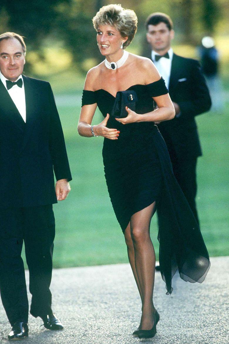 Công nương Diana, tháng 6 năm 1994 Công nương Diana cởi khỏi vai, chiếc váy đen nhỏ bằng lụa vừa vặn đã được gắn mác chiếc váy trả thù khi cô mặc nó vào cùng đêm Hoàng tử Charles phát sóng bộ phim tài liệu kể về cuộc hôn nhân của cặp đôi và ly hôn sau đó. Mặc dù Diana đã không đưa ra tuyên bố tối hôm đó, LBD của cô ấy đã nói rất nhiều.