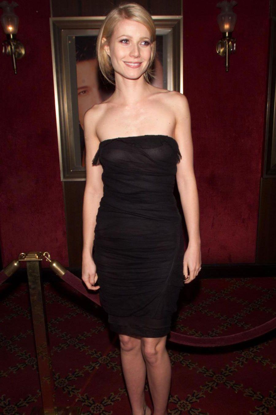 Gwyneth Paltrow, tháng 11 năm 2000 Gwyneth Paltrow đã đưa chiếc váy đen nhỏ lên một cấp độ hoàn toàn mới tại buổi ra mắt Bounce năm 2000. Ngôi sao đã chọn cho mình một phiên bản quây, dài đến đầu gối và cổ điển.