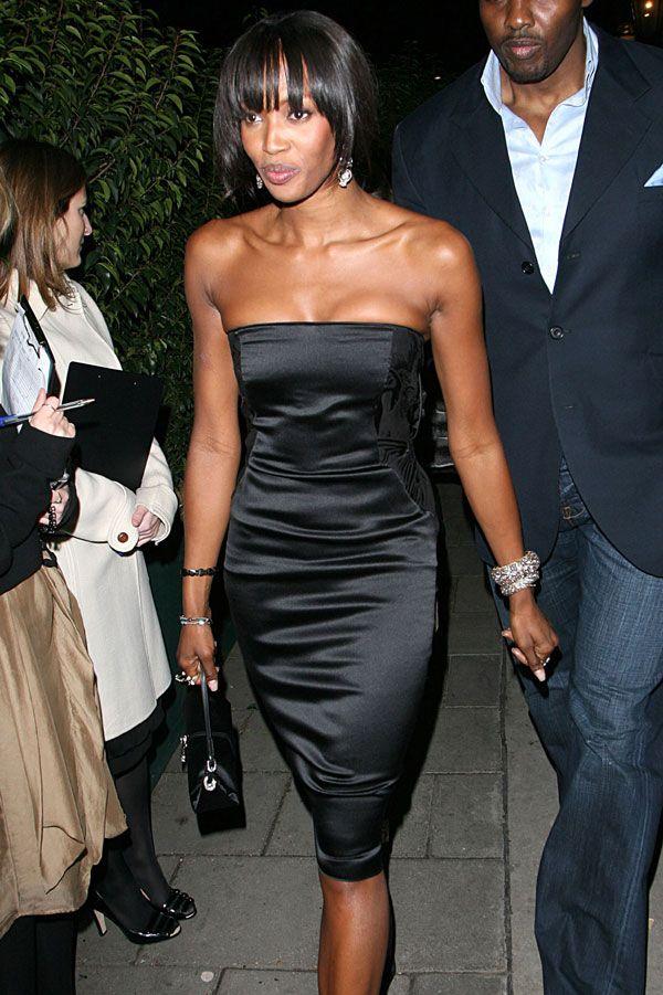 Naomi Campbell, tháng 2 năm 2006 Chiều dài dưới đầu gối trên chiếc váy corset lụa của Naomi Campbell giữ cho vẻ ngoài tinh tế và cổ điển.
