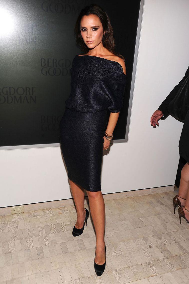Victoria Beckham, tháng 9 năm 2010 Với màu đen là chữ ký của Posh Spice, chúng tôi không ngạc nhiên khi Victoria Beckham xuất hiện trong chiếc váy đen tay áo dài ba phần tư này cho một sự kiện tại Bergdorf Goodman ở thành phố New York.
