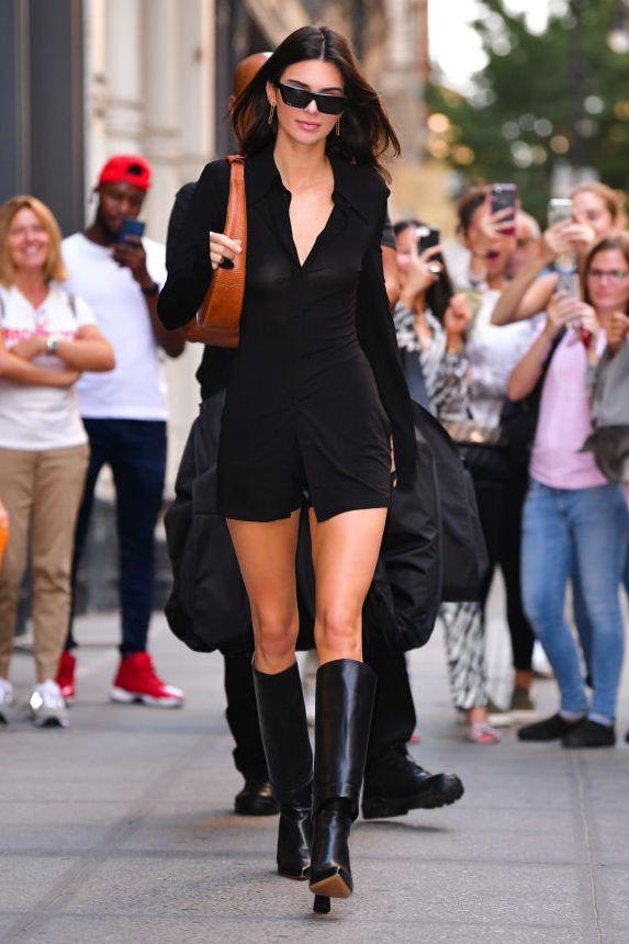 Kendall Jenner đã biến đường phố của thành phố New York thành đường băng của mình trong chiếc váy có cổ lấy cảm hứng từ thập niên 70, mà cô kết hợp với đôi bốt cao đến đầu gối.