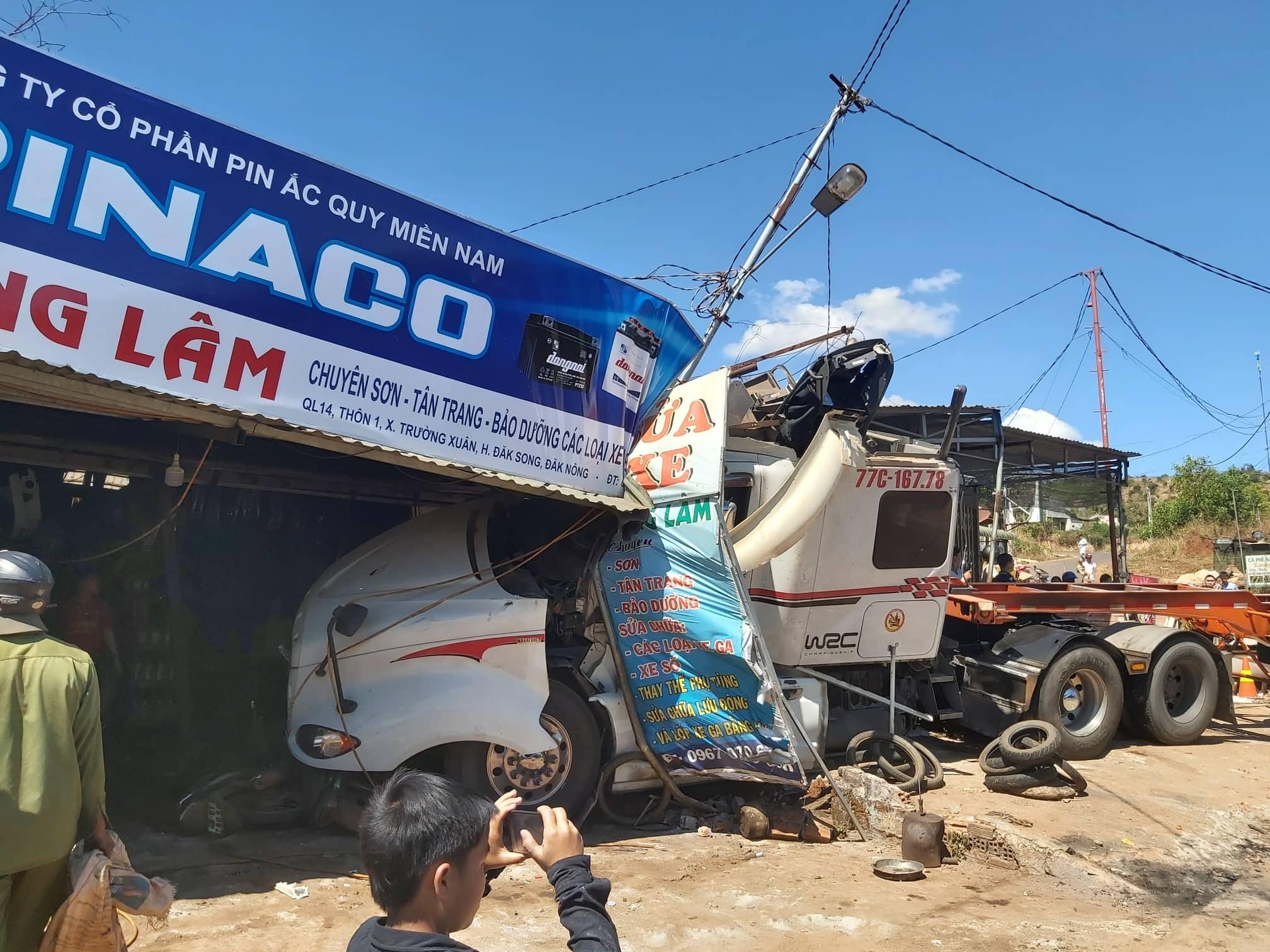 Tiệm sửa xe máy bị xe đầu kéo tông sập