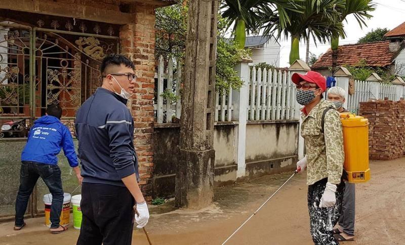 Phun khử trùng nhà dân ở xã Sơn Lôi, Bình Xuyên