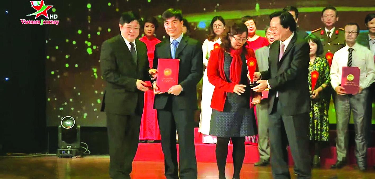 Nhà văn Đặng Ngọc Hưng  (thứ hai từ trái sang)  nhận giải thưởng Sách quốc gia