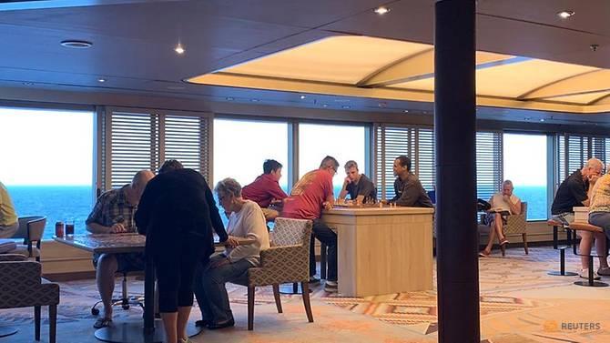 Hành khách trên tàu Westerdam thư giãn trong lúc chờ đợi.