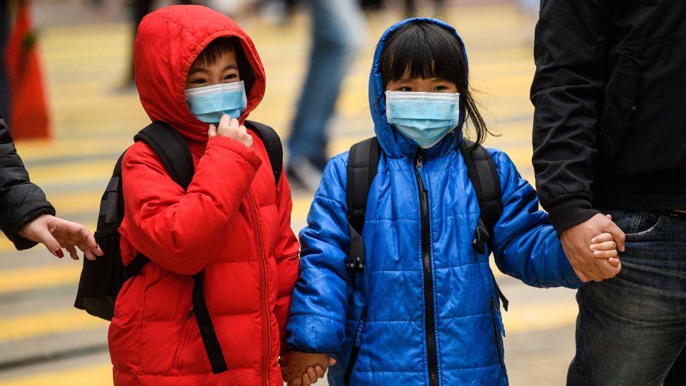 Trẻ em Hồng Kông đeo khẩu trang chống coronavirus trong ngày Tết Nguyên đán Canh Tý - Ảnh: AFP/Getty Images