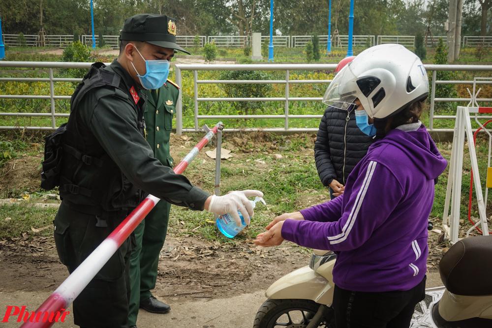 Người dân được yêu cầu phải khử trùng trước khi vào xã.