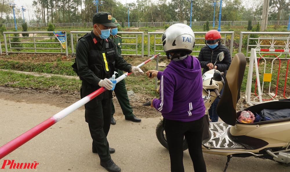 Một người dân xã Sơn Lôi trở về xã phải xuất trình chứng minh thư nhân dân.