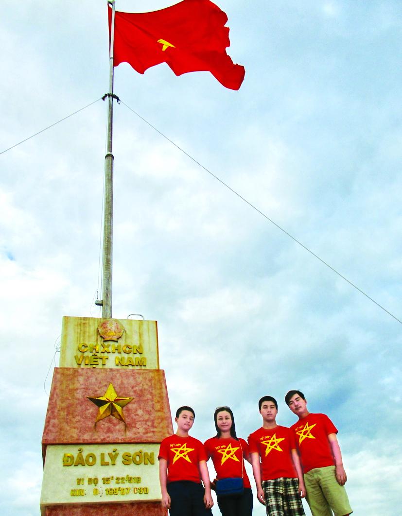 Nhà văn Đặng Ngọc Hưng cùng gia đình trong một lần đến đảo Lý Sơn  vừa du lịch vừa trải nghiệm thực tế sáng tác