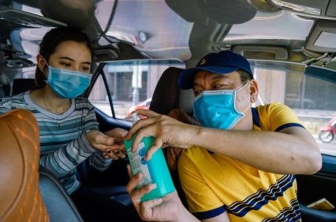 Tài xế công nghệ trang bị nước rửa tay diệt khuẩn cho khách trong mùa dịch. Ảnh: minh hoạ