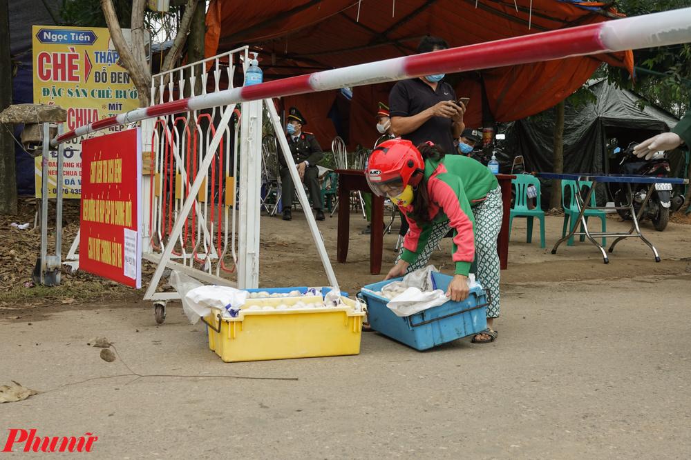 Các sọt trứng được đặt dưới barie để chờ người mua tới lấy.