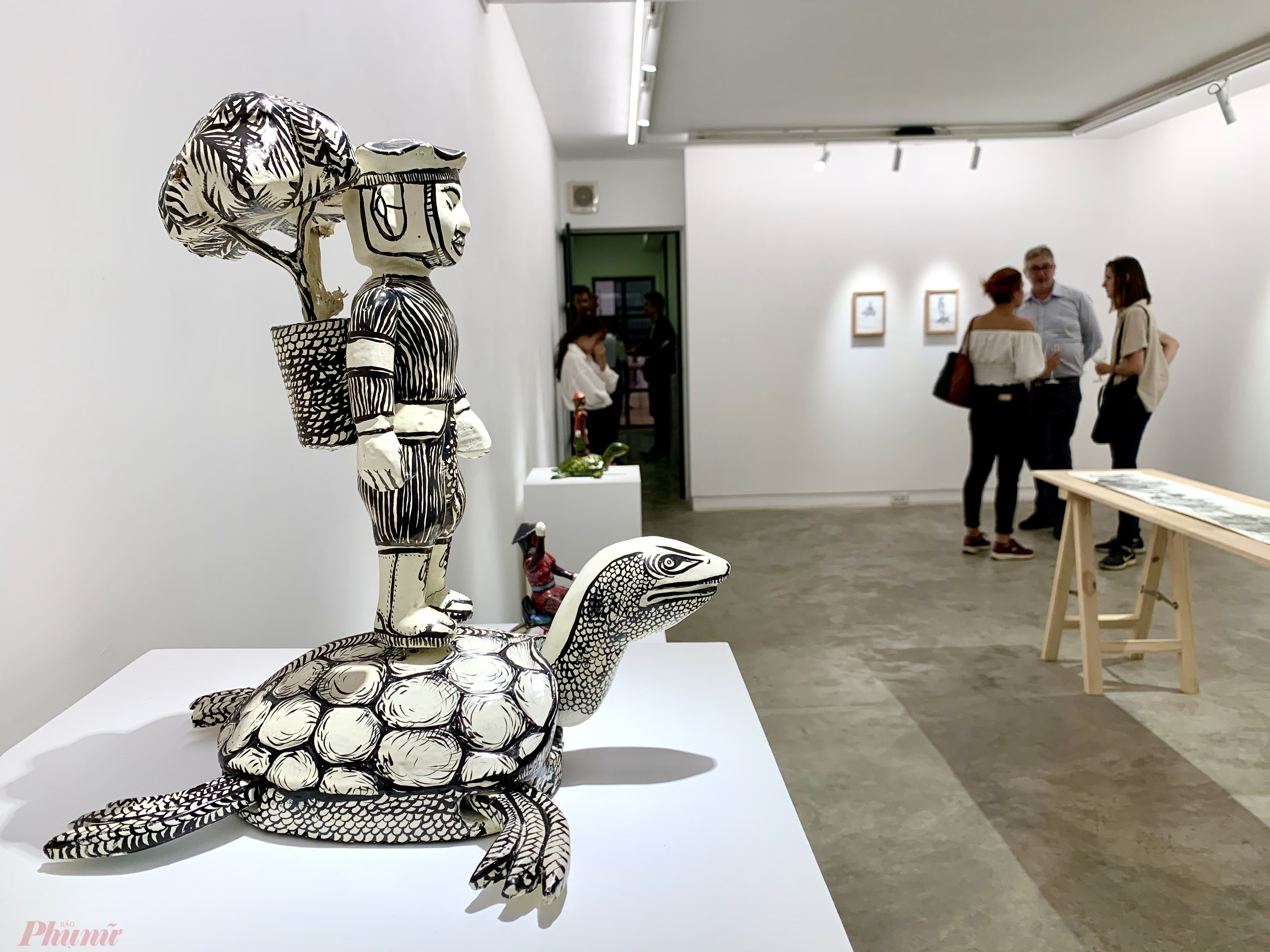 Chủ nhân tác phẩm cho biết người lính không ra trận với con rùa nhưng trong văn hoá Việt, rùa là con vật được thờ nên ông muốn tạo ra những sự kết hợp mới.