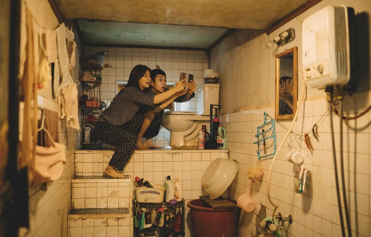 Hình ảnh nhà vệ sinh được đặt trên cao đầy tính ẩn dụ của đạo diễn Bong Joon Ho.