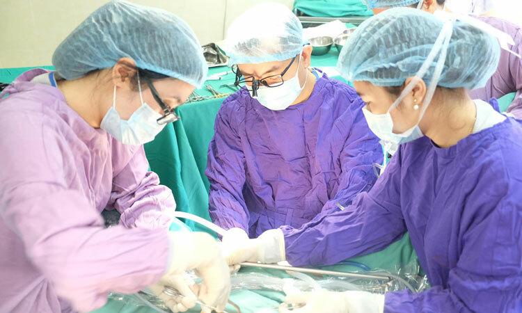 Bác sĩ phẫu thuật cho bệnh nhân