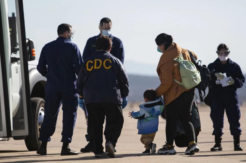 Đại diện của CDC hỗ trợ người di tản khỏi Trung Quốc khi họ vừa đến trạm không quân của Thủy quân lục chiến ở miền nam California vào ngày 5/2.