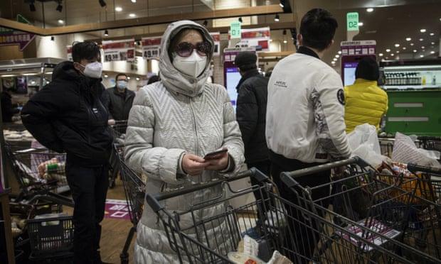 Người dân Vũ Hán tranh thủ mua sắm tại siêu thị với trang bị bảo hộ kín kẽ.