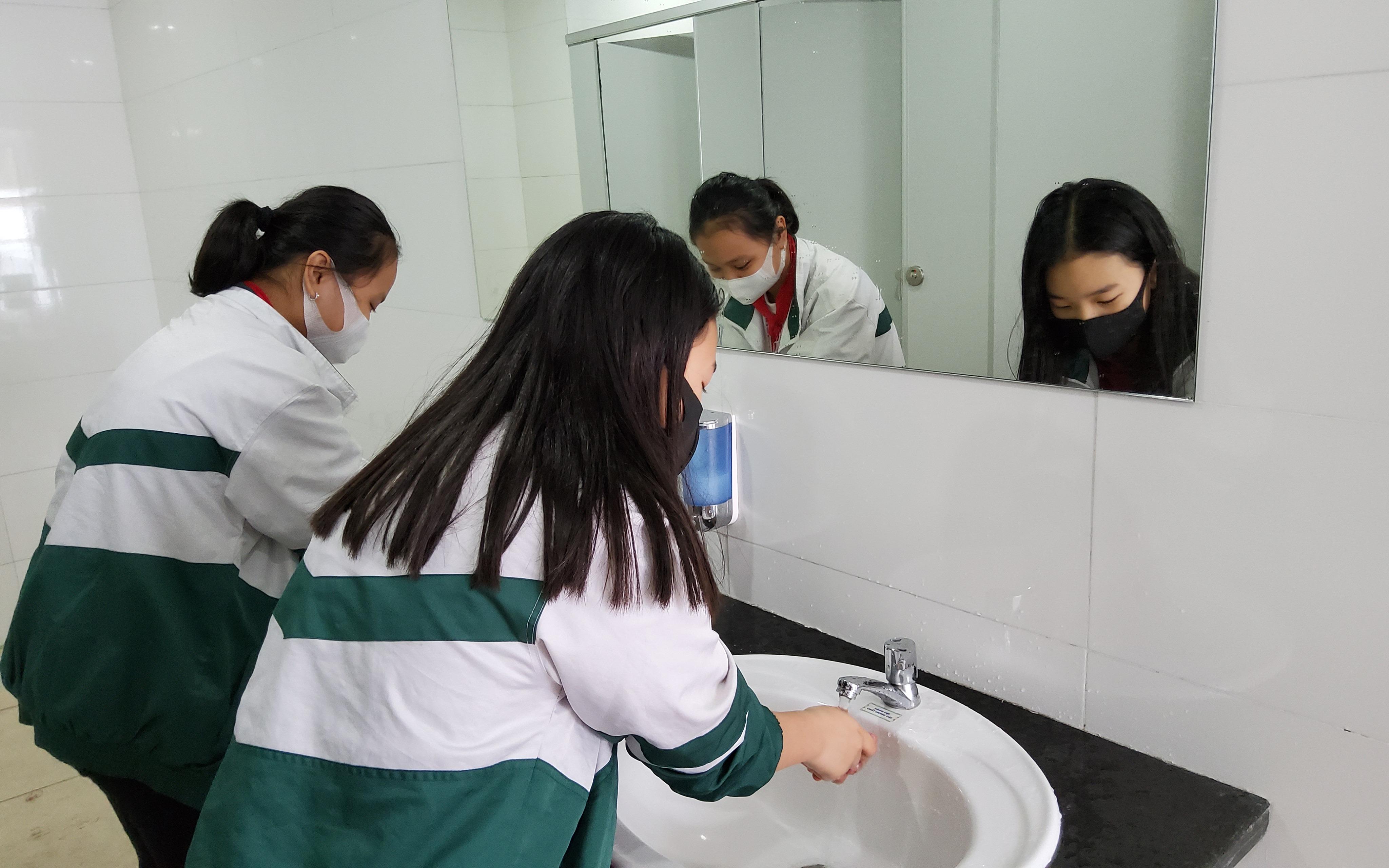 Học sinh rửa tay để phòng dịch Covid-19