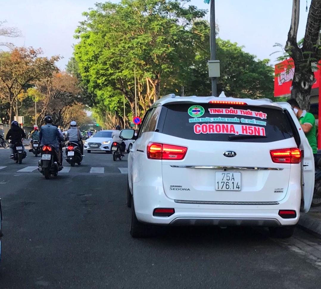 Vào thờ điểm kiểm tra chiếc xe này có dán quảng cáo Tinh dầu Th.V., ngăn ngừa, kháng khuẩn, ức chế virus corona/H5N1