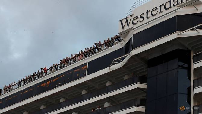 Hành khách vui mừng khi tàu cập bến tại Campuchia sau hai tuần lênh đênh trên biển.