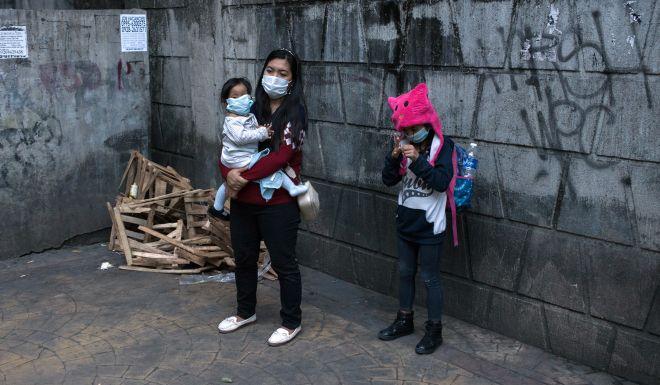 Người dân Philippines đeo khẩu trang trên đường phố. Ảnh: Bloomberg