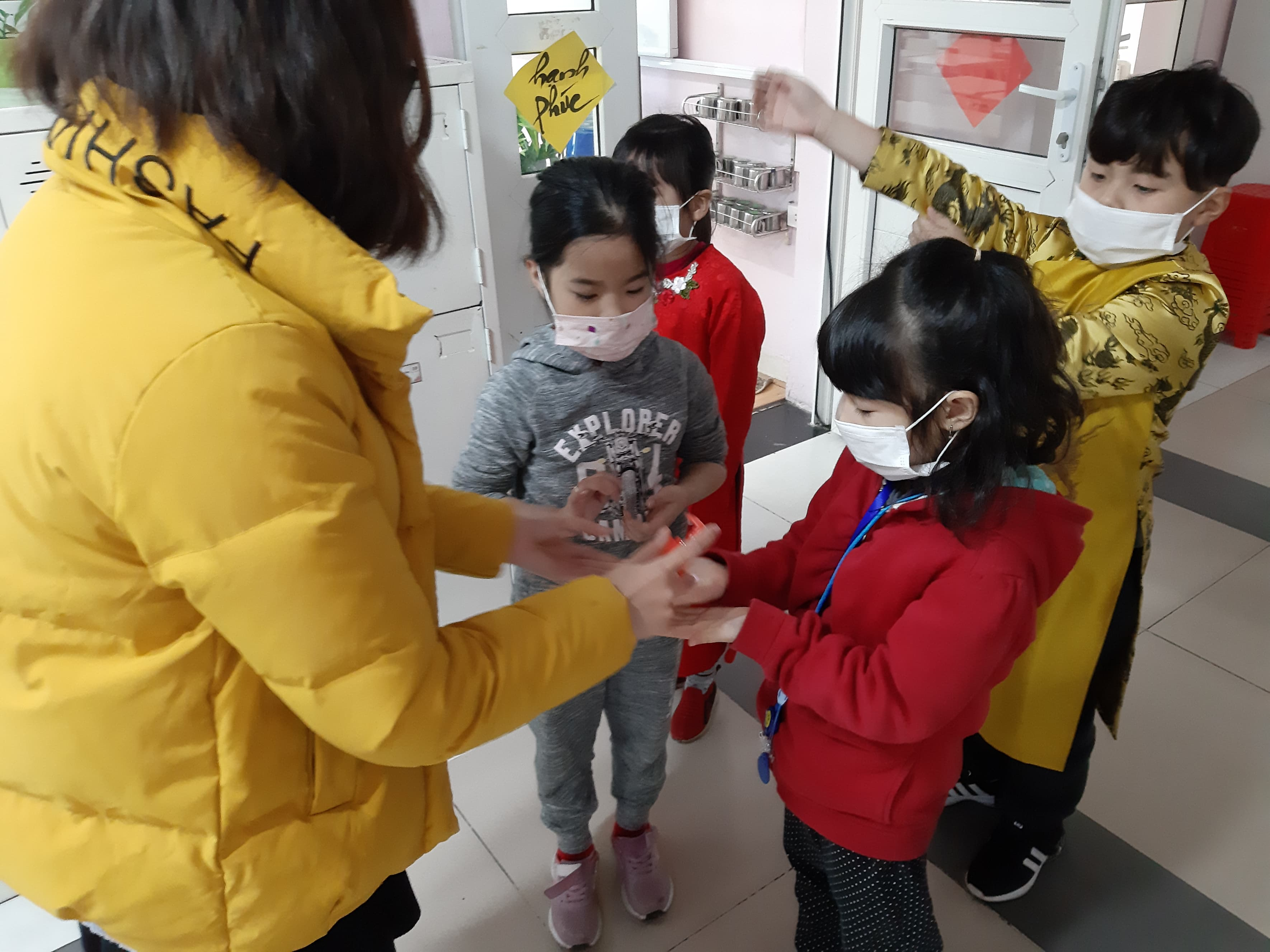 Cô giáo hướng dẫn học sinh cách rửa tay