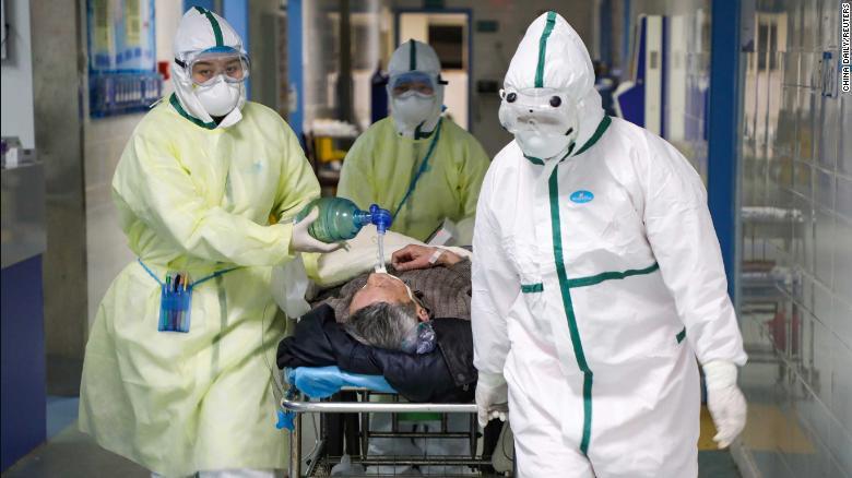 Nhân viên y tế tuyến đầu là những đối tượng dễ bị lây nhiệm virus nhất.
