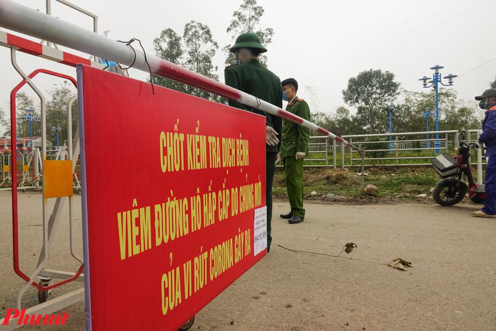 Một chốt gác tại xã Sơn Lôi, nơi có 10.000 dân được cách ly phòng dịch.