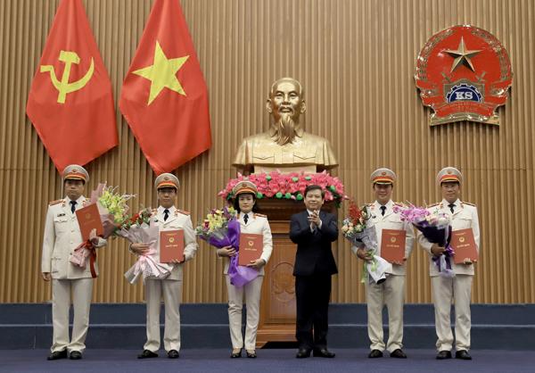 Viện trưởng VKSND tối cao Lê Minh Trí trao quyết định bổ nhiệm Kiểm sát viên VKSND tối cao