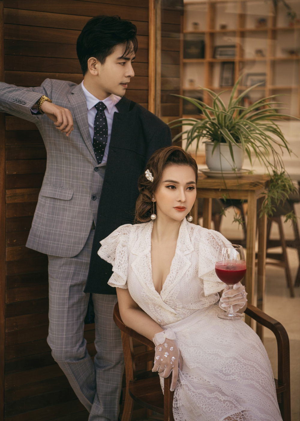 Vợ chồng Thu Thuỷ và Kin Nguyễn cũng thực hiện bộ ảnh mừng Valentine. Sau thời gian sóng gió, ca sĩ Thu Thuỷ đã tìm được tình yêu mới.
