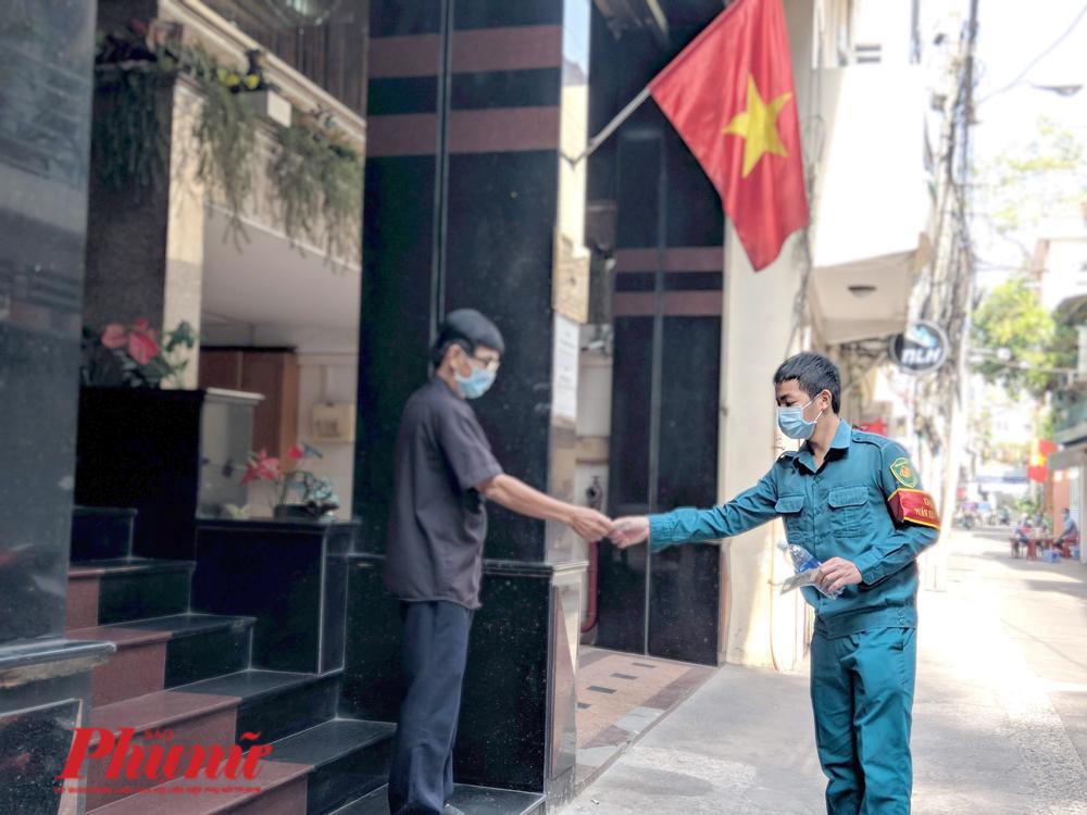 Những người bị cách ly ở khách sạn Triều Hân không được ra ngoài và không được tiếp xúc trực tiếp với bên ngoài. Dân phòng sẽ mua dùm thức ăn cho những người bị cách ly.