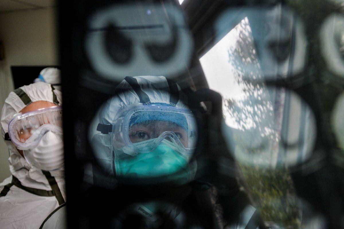 Nhân viên y tế kiểm tra hình ảnh quét CAT của bệnh nhân tại một trung tâm dịch vụ y tế cộng đồng ở Vũ Hán, tỉnh Hồ Bắc – Reuters/China Daily