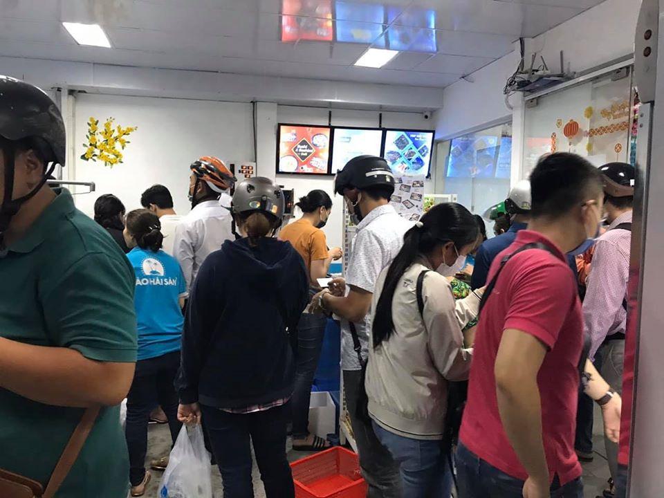 Khách hàng chen mua tôm hùm giải cứu ở một cửa hàng hải sản tại TPHCM