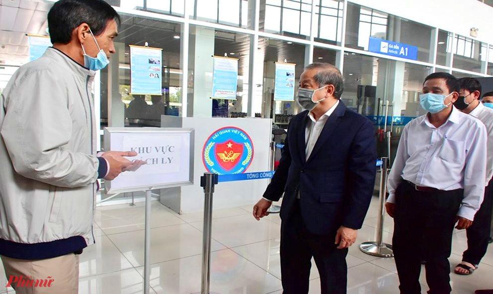 Ông Phan Ngọc Thọ- Chủ tịch UBND tỉnh Thừa Thiên Huế  kiểm tra công tác phòng dịch tại sân ban Phú Bài