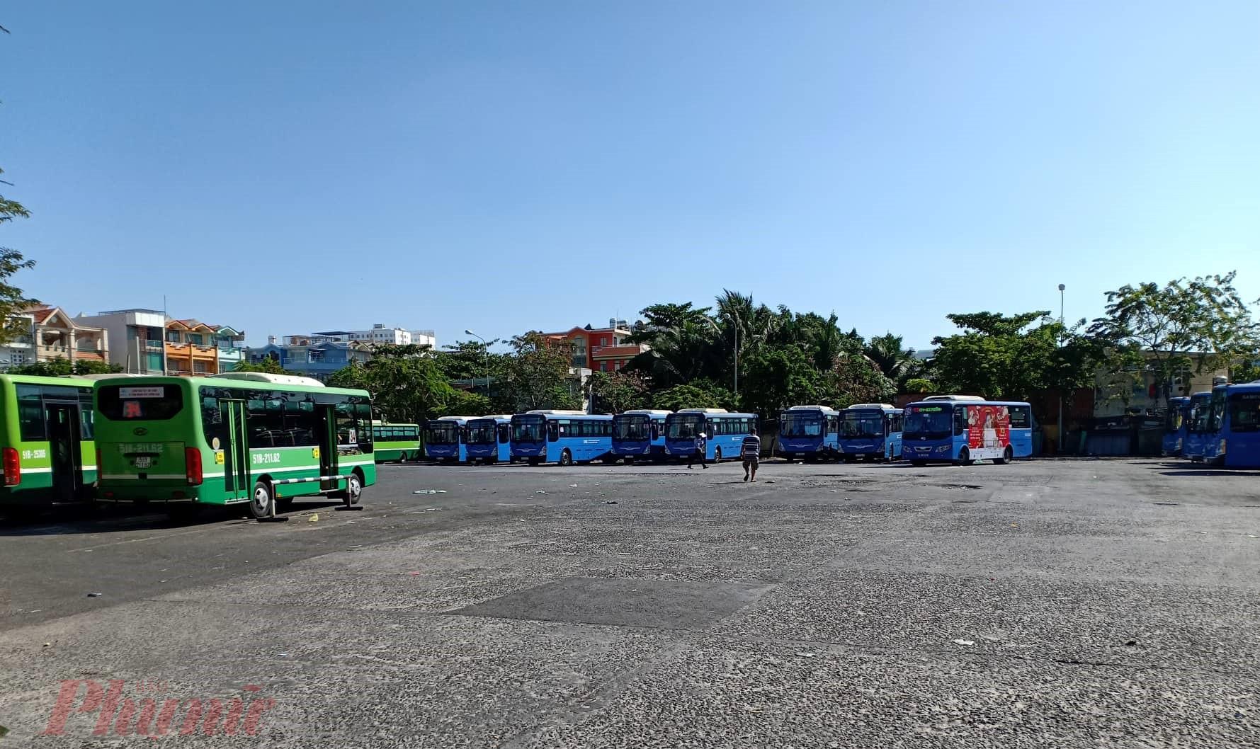 Bến xe buýt quận 8 vắng hoe do ảnh hưởng của dịch viêm phổi corona