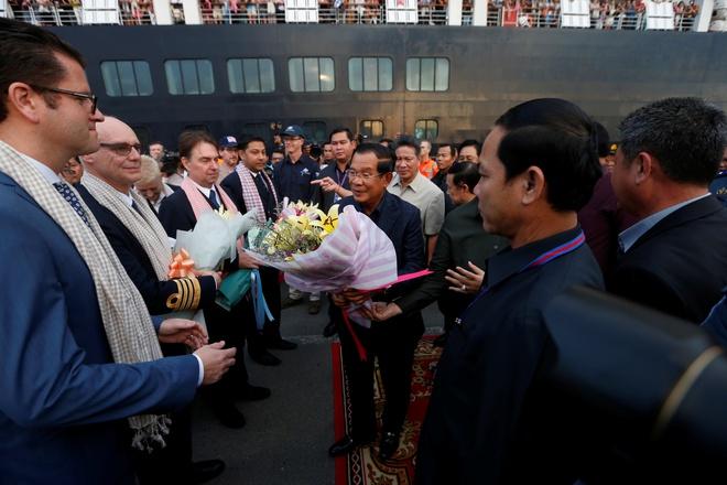 Thủ tướng Campuchia Hun Sen đón tiếp hành khách và thủy thủ đoàn từ tàu Westerdam hôm 14/2.