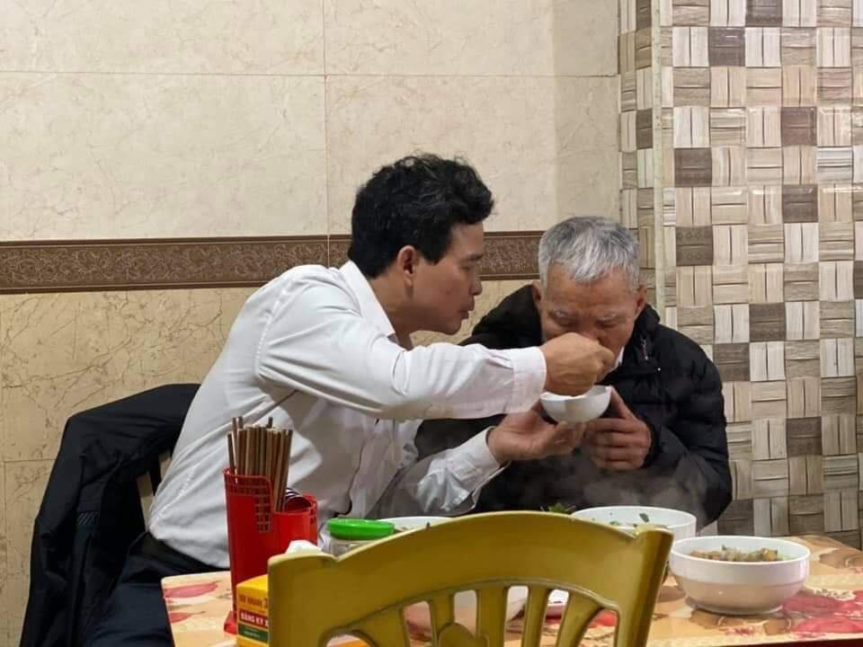Hình ảnh con trai ân cần đút cho bố ăn được chia sẻ trên mạng xã hội khiến nhiều người xúc động. Ảnh từ Facebook