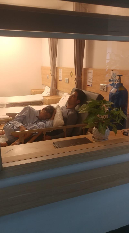Bố nằm gọn trong lòng con giữa cơn bạo bệnh làm không ít người rơi nước mắt. Ảnh từ Facebook