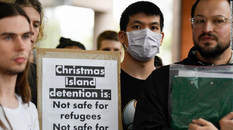 Biểu tình Sydney ở phản đối lệnh cấm nhập cảnh đối với người nước ngoài từng đến Trung Quốc - Ảnh: CNN