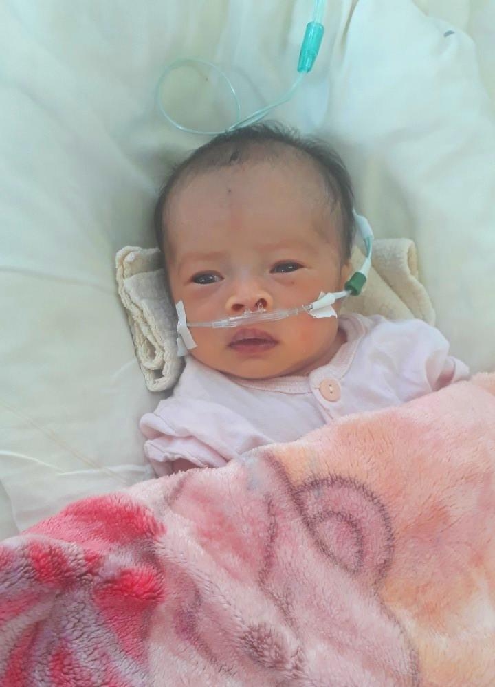 Vừa sinh ra, con gái của anh chị Phạm Văn Chinh - Đinh Thị Linh Huệ (thôn Mỹ Trang, xã Phổ Cường, huyện Đức Phổ, tỉnh Quảng Ngãi) đã phải nằm trong lồng kính.