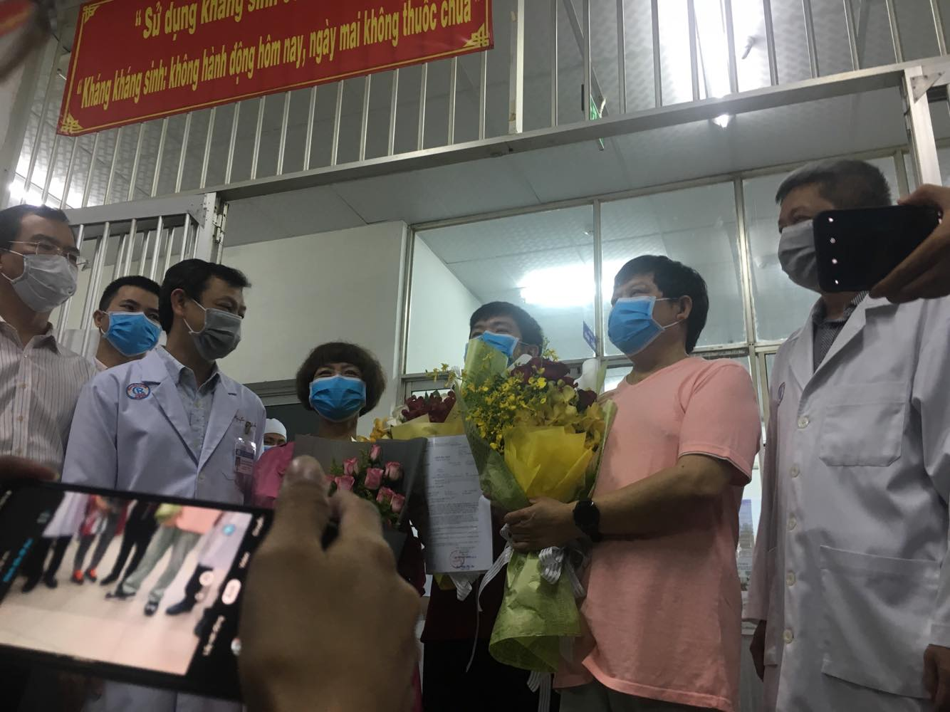 Ông Li Ding, đến từ Vũ Hán, Trung Quốc - bệnh nhân nhiễm Covid đầu tiên ở Việt Nam - đã được các bác sĩ Bệnh viện Chờ Rẫy chữa khỏi và xuất viện vào ngày