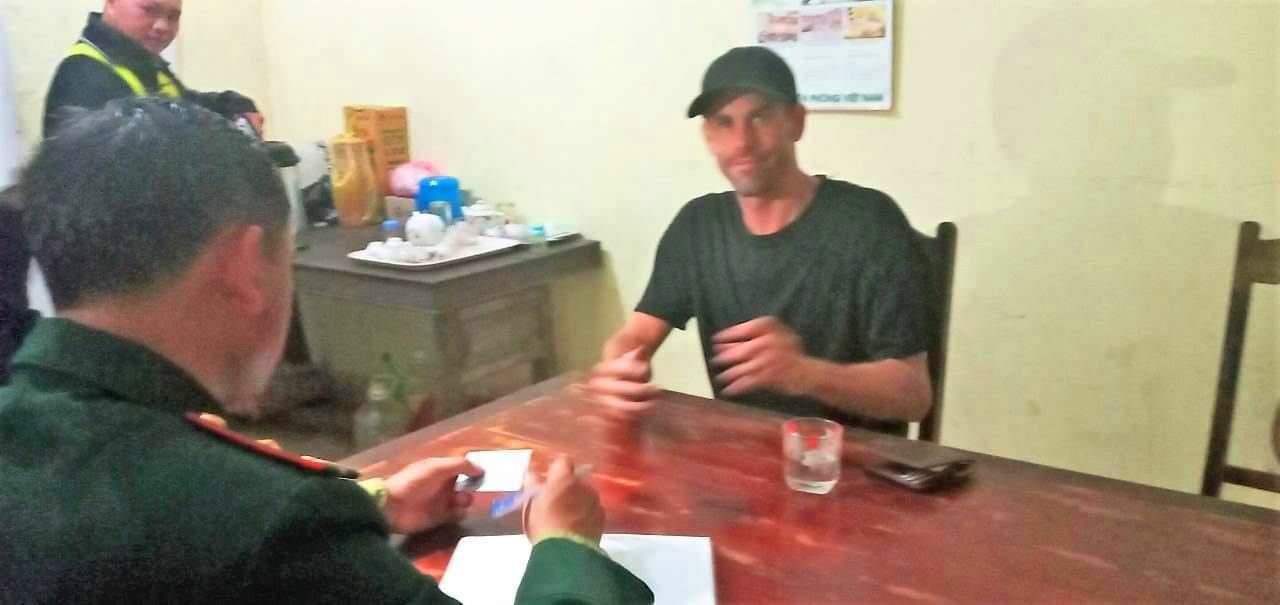 Du khách Phillips kể lại giây phút gặp nạn với các chiến sĩ Biên phòng. Ảnh: Nguyễn Đình